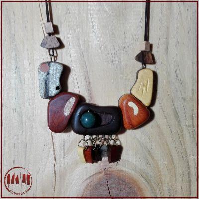 گردنبند چوبی با طرح انتزاعی